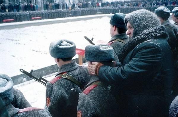 """""""Добрая"""" бабушка греет уши """"злым"""" солдатам"""