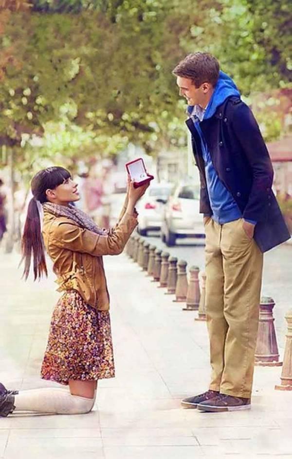 Девушка просит руки у своего парня